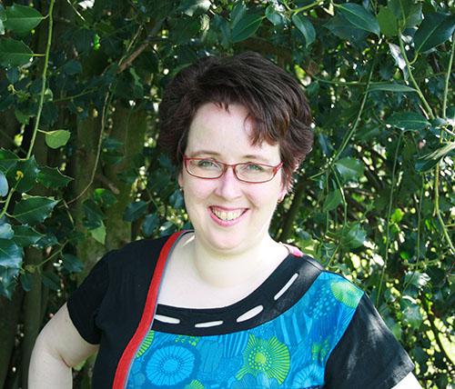 Esther buiten voor een struik