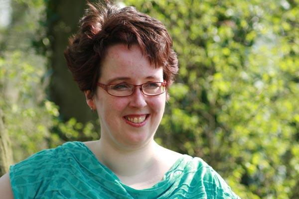 Een portretfoto van Esther buiten