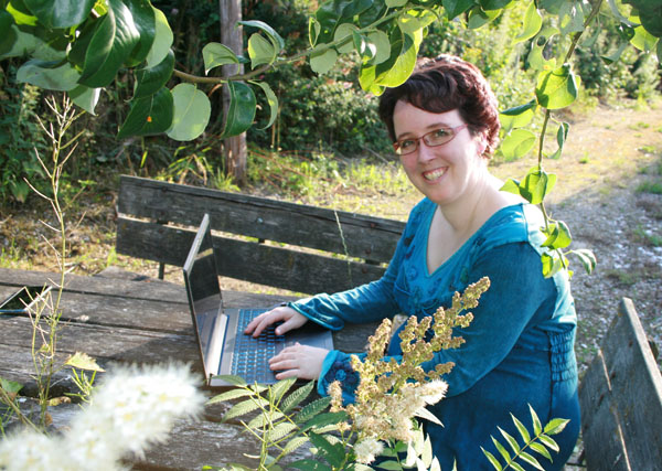Esther met laptop in de natuur